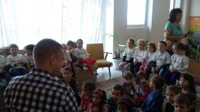 Заместник-кмет г-н Козарев  увлекателно чете приказки. - ДГ Незабравка - Пловдив